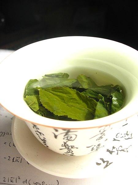 450px-Tea_leaves_steeping_in_a_zhong_čaj_05